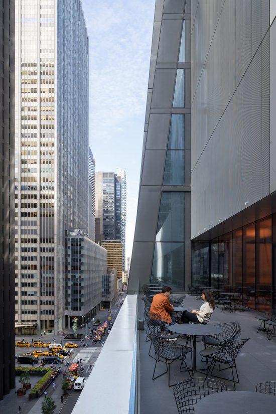 sebuah balkon di museum seni modern new york menghadap ke jalan beberapa meter di bawah