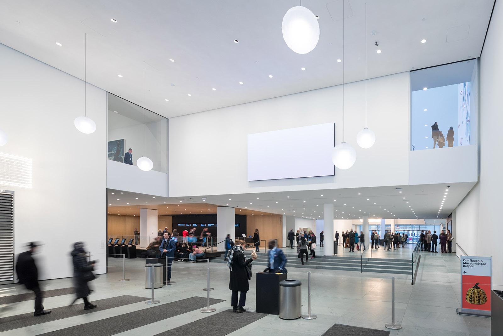 lobi baru museum seni modern sangat luas, di mana sebelumnya sempit mengingat popularitasnya