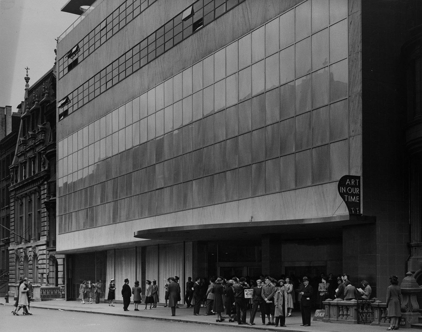 pengunjung menunggu untuk melihat pameran Art in Our Time di luar moma pada tahun 1939
